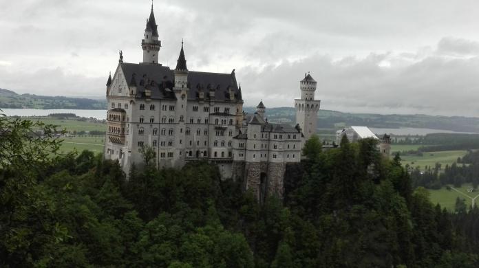 जर्मनीमध्ये येऊन हे ठिकाण लोकं सहसा चुकवत नाहीत. वॉल्ट डिस्नेला डिस्ने कॅसलची कल्पना या नॉयश्वानस्टाईन कॅसलवरुन सुचली असं म्हणतात.