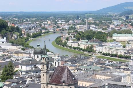 होहेनसाल्झबुर्ग फोर्ट्रेसवरून दिसणारं साल्झबुर्ग शहर आणि साल्झाख नदी.