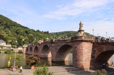 हायडलबर्गमधला नेकर नदीवरचा जुना दगडी पूल(आल्टेस ब्र्युकऽ).