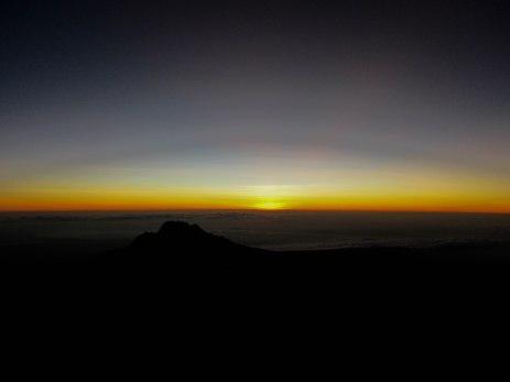 . रात्रभराच्या कठिण चढाई नंतर सूर्योदयाची चाहूल @ स्टेला पॉइंट