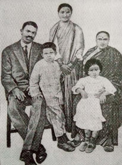धर्मानंदांचे कुटुंब (पत्नी बाळाबाई, मुली माणिक, मनोरमा आणि मुलगा दामोद