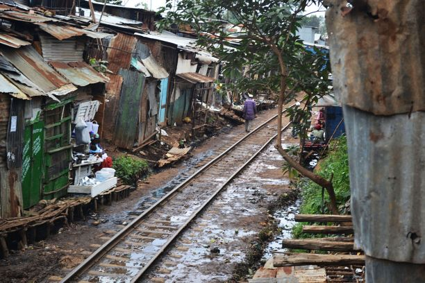 नैरोबीतली किबेरा वस्ती - मुंबईप्रमाणेच रेल्वेलाइनलगत पसरलेली